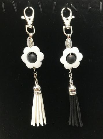 Kukkais-laukkukoru valkoinen + musta tupsu