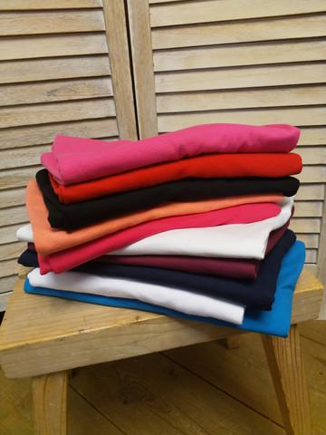 Monipuolinen paitapaketti naisille. Paketissa 10 naistenpaitaa huimalla alennuksella.