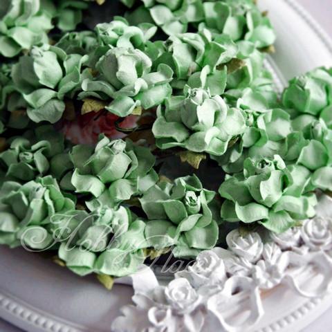 Isot paperiruusut vihreäomena