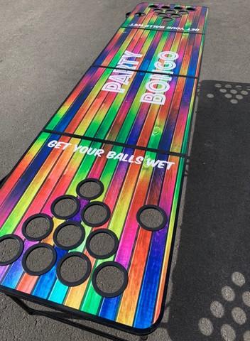 Beer pong pöytä - mukipaikat rei'illä värikäs puukuvio