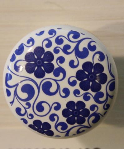 Keraaminen vedin, sinisiä kukkia