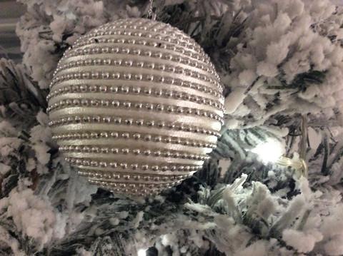 Joulupallo, hopeakoristeinen