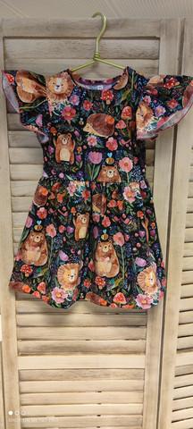 Satumainen nallemetsä mekko olkafrilloilla 90cm