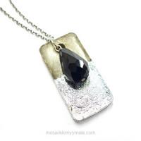 Fasetterade droppformade glaspärla, svart