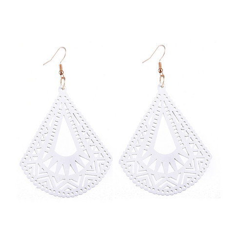 Puiset korvakorut, White Triangles with Lace Decoration