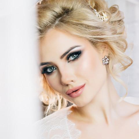 Kristallikorvakorut, ATHENA BRIDAL Dainty Bella Earrings in Gold