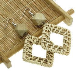 Puukorvakorut, rottinkikorvakorut/Square Rattan Earrings