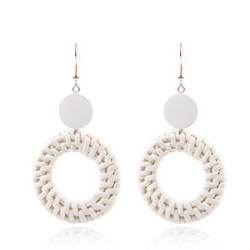 Puukorvakorut, rottinkikorvakorut/Round Rattan Earrings With a White Wooden Pearl