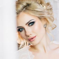 Kristallikorvakorut, ATHENA BRIDAL|Dainty Bella Earrings in Gold