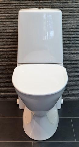 Tecma wc-istuin ja Saniexpert silppuripumppaamo yhdessä