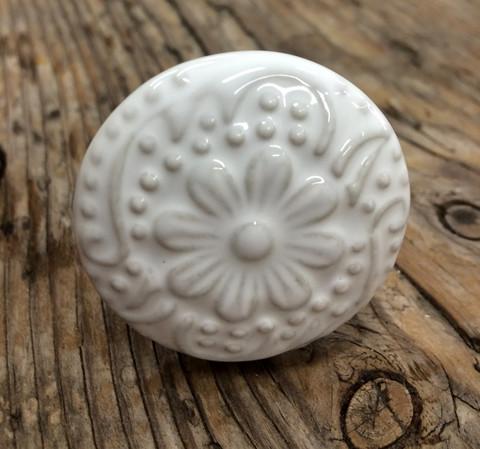Valkoinen keraaminen vedin, vetonuppi kukka kohokuviolla