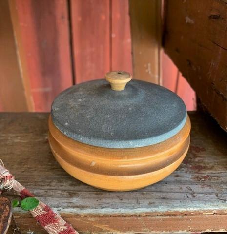 Pieni, pyöreä puinen rasia metallisella kannella