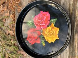 Mustapohjainen peltitarjotin, ruusukuvio