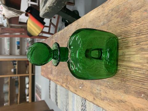 Vanha, kaunis, vihreä lasinen karahvi