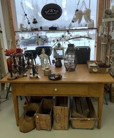 Suuri, vanha laatikkopöytä, talonpoikaisantiikkia
