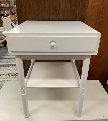 Vanha valkoinen yöpöytä laatikolla, pikkupöytä laatikolla ja hyllyllä