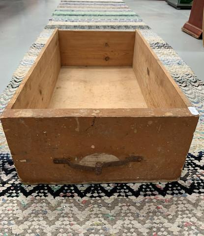 Vanha laatikko, kuulunut kaupan myyntitiskiin