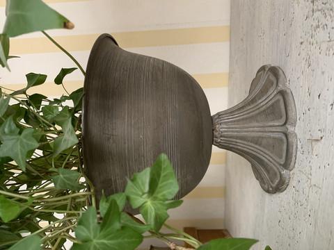 Kaunis, jalallinen koristemalja ohutta metallia, Chic Antique