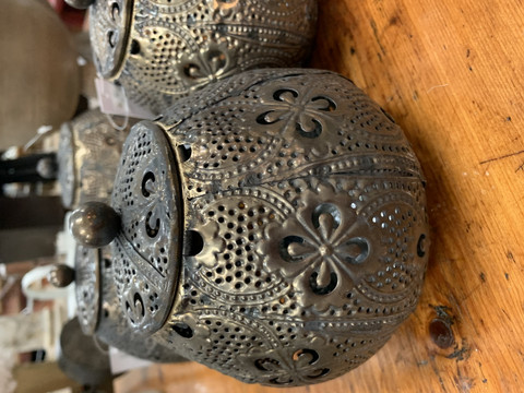 Kaunis, kannellinen purkki, pitsimäistä metallia, Chic Antique