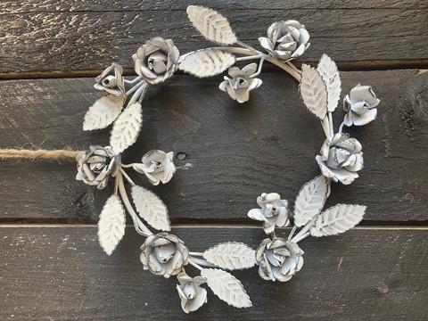Kaunis metallinen, valkoinen kranssi, kukkia ja lehtiä, Chic Antique