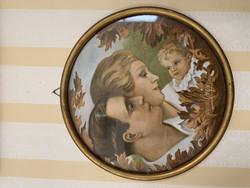 1920-luvun lehtikuva perheestä saman ajan puisissa kehyksissä
