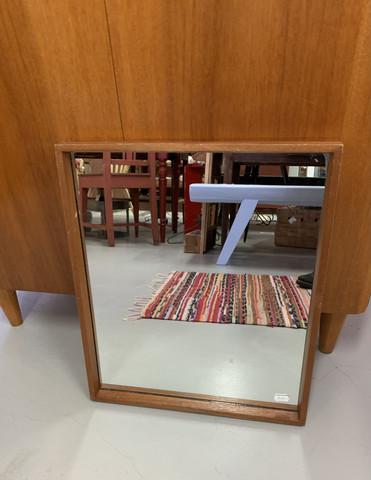 Yksinkertaisen tyylikäs tiikkikehyksinen peili