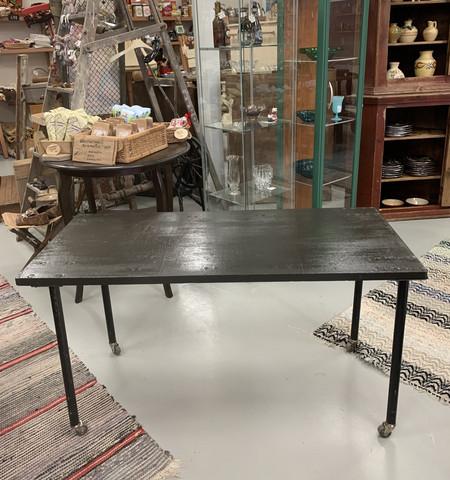 Rouhea pieni metallijalkainen tummanharmaa pöytä, tehdastyylli