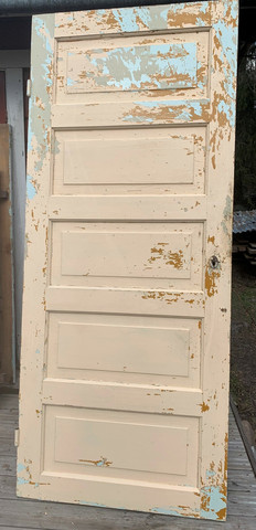 Vanha ovi, peiliovi, toimiva lukko ja avain