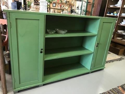 Vanha, aikanaan vihreäksi maalattu kirjakaappi 1930-40-luvulta