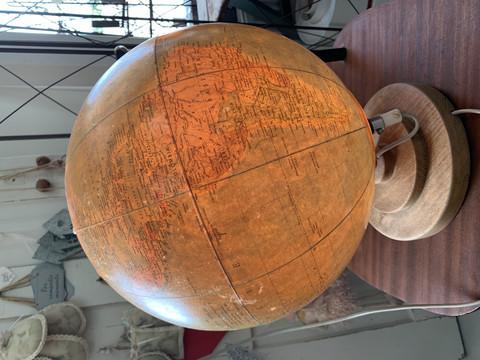 Vanha karttapallo puisella jalustalla, valo toimii