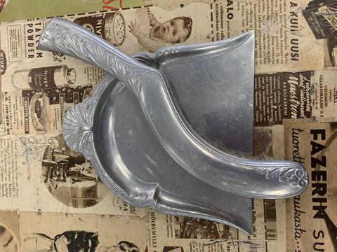 Vanha, kaunis metallinen pöytäharjasetti, harja ja kihveli nro 2