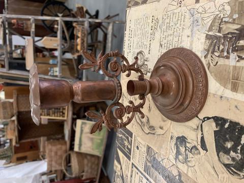 Vanha, kaunis kuparinvärinen kynttilänjalka, metallia