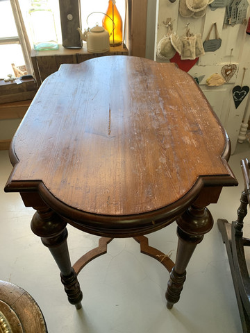 Kauniisti muotoiltu pieni pöytä 1800-luvulta