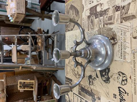 Vanha, hyväkuntoinen kynttelikkö tinaa, kolmihaarainen tinakynttelikkö