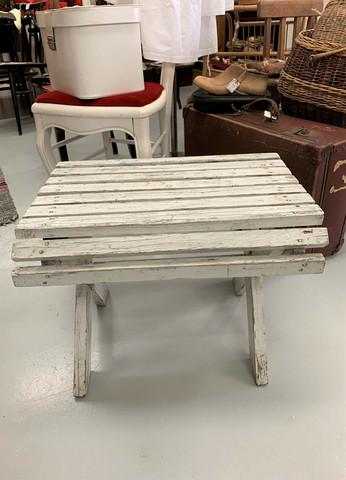 Vanha kuistin valkoinen, kauniisti muotoiltu puinen jakkara