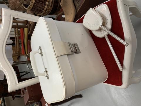 Tilava, valkoinen beauty box, meikkilaukku, käytön jälkiä