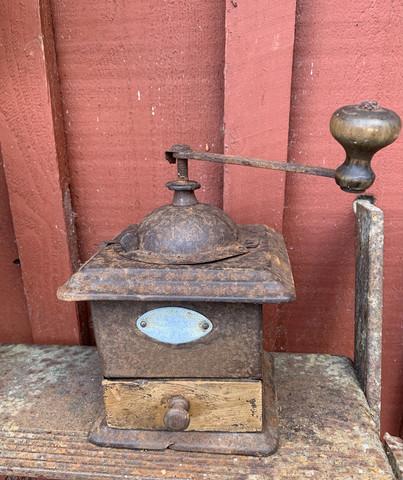 Metallinen, sopivasti ruostunut vanha kahvimylly sisustuskäyttöön