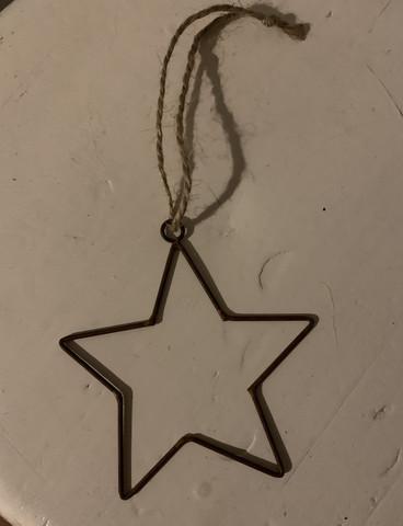 Yksinkertaisen kaunis metallinen tähti ripustuslenkissä, JDL
