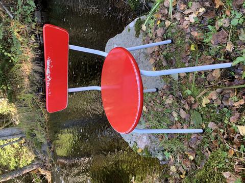 Pirteän punainen puuistuiminen tuoli, jossa putkijalat