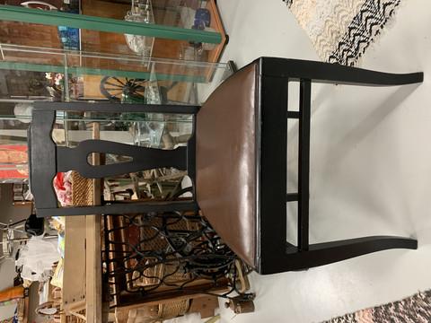 Vanha kaunismuotoinen musta puutuoli, istuinosassa tekonahkaverhoilu