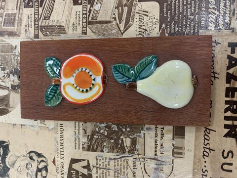 Pieni, vanha, hyvänmielen taulu: keraamiset hedelmät tiikkipohjalla