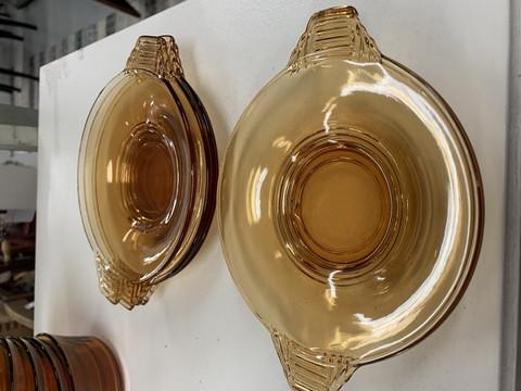 Vanhat, kotimaiset kauniin malliset, pihkanväriset lasilautaset, 6 kpl