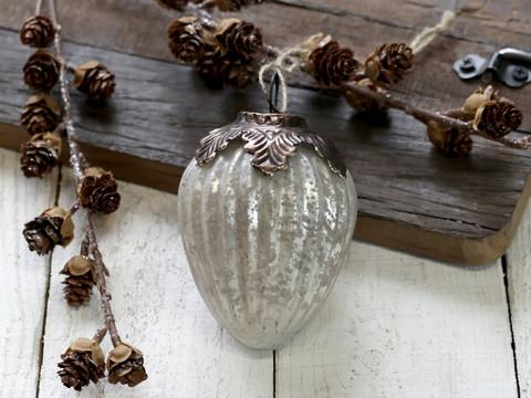 Upea antiikinvalkoinen joulupallo lasia ja metallia, lasipallo