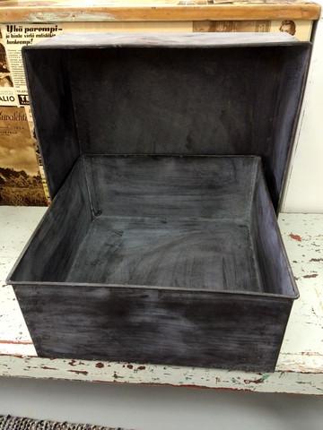 Industrialtyylinen uusvanha metallilaatikko/hylly
