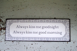 Sisustuskyltti: Allways kiss me goodnight, always kiss me good morning