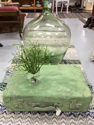 Vanha matkalaukku, maalattu vihreällä kalkkimaalilla