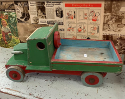 Vanha puinen kuorma-auto, puulelu, leikkikalu