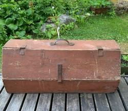 Vanha, puinen, kannellinen työkalupakki