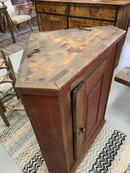 Kaksiosainen kulmakaappi 1800-luvun talonpoikaisantiikkia