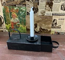 Metallinen uusvanha kynttilänjalkarasia, Weiste